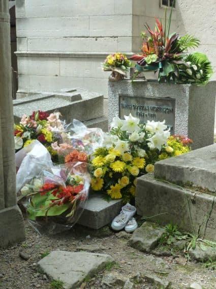 pere lachaise cemetery jim morrison grave